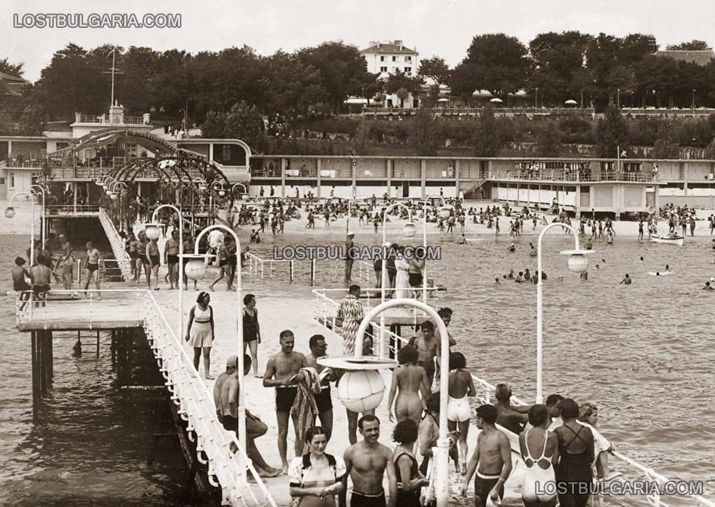 Варна - Морското казино и кея при морските бани
