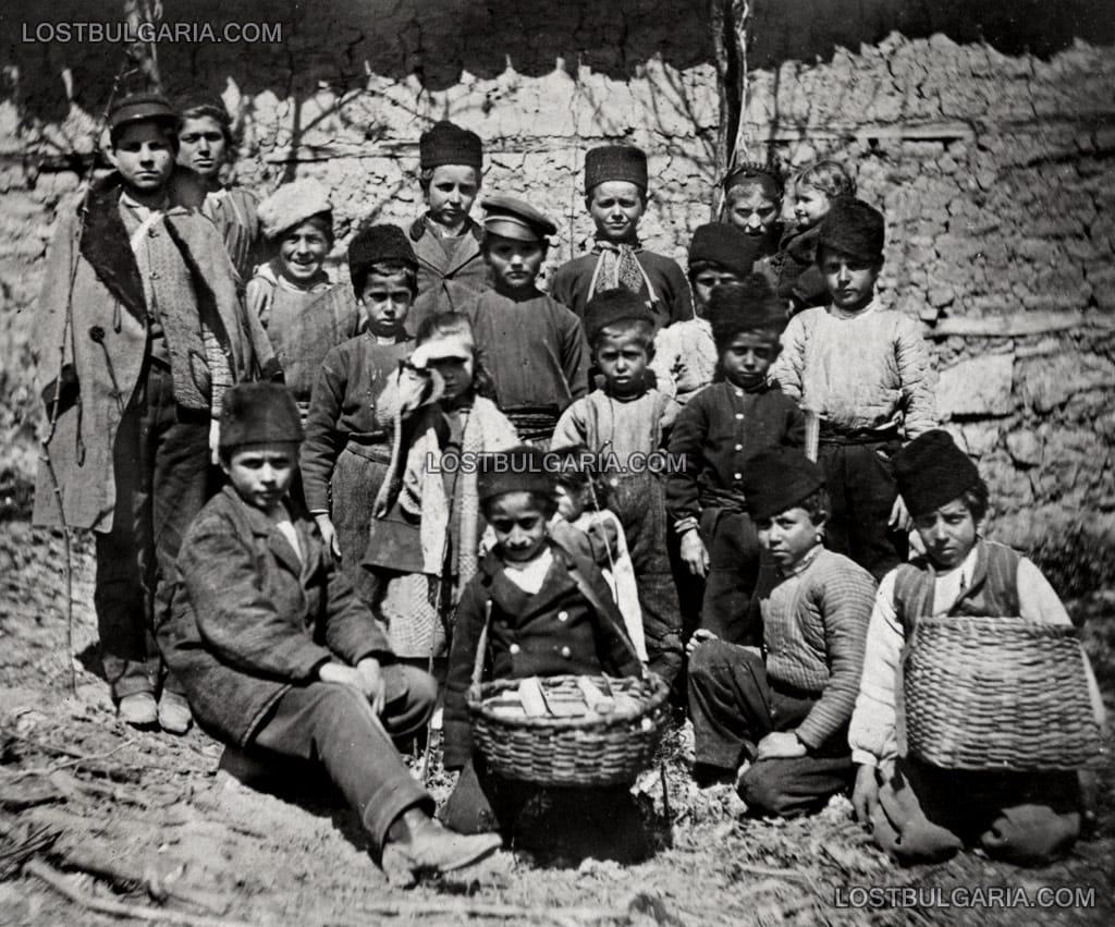 Русчук (Русе), 1878 г., група български деца, продавачи на тютюн