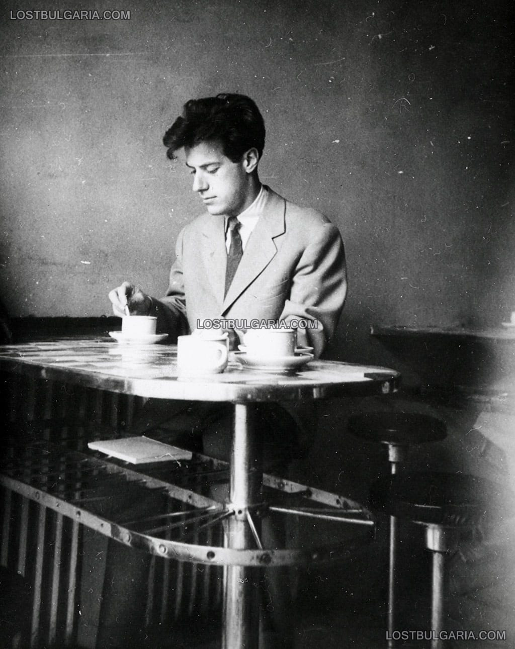 София, елегантно облечен млад мъж в кафене, началото на 60-те години на ХХ век