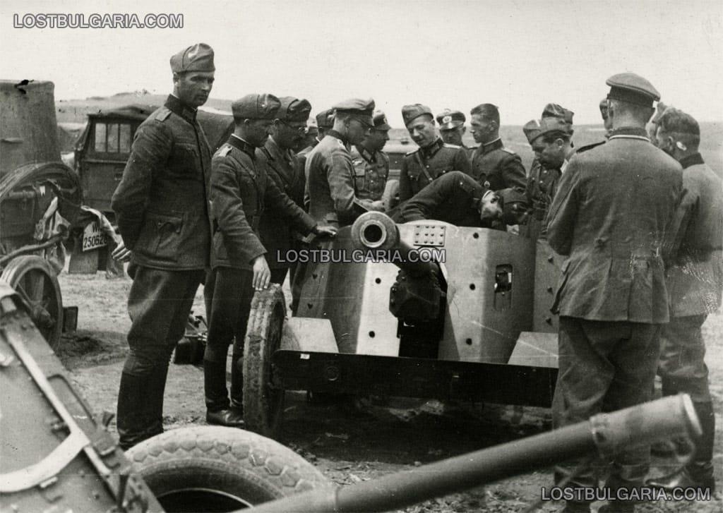 Български и германски офицери разглеждат немско противотанково оръдие, с. Варош, Прилепско, 18 май 1941 г.