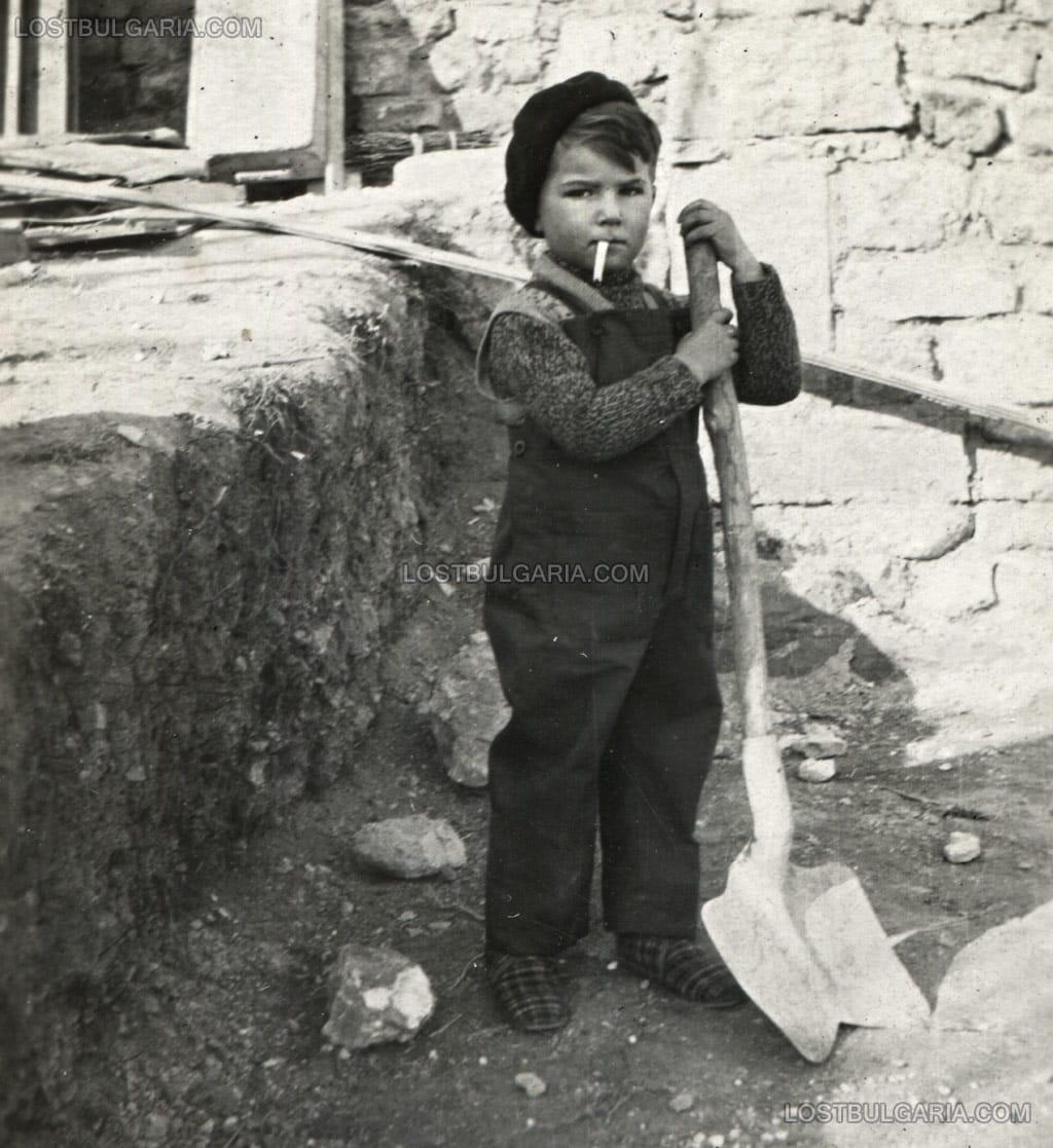 Claude Bernard Christian, Paris 1932 - жанрова фотография, заснета от неизвестен, български фотограф любител при посещението му във Франция